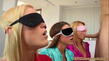 ثلاث فتيات على ركبتيهن مرتبطتان بالعينين وبدأتا في مص القضيب