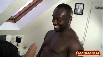 شقراء مارس الجنس من قبل رجل أسود الذي يكسر بوسها ويجبر مهبلها