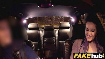 مباراة جنسية مع سائق سيارة أجرة يحمل فتاة سمراء