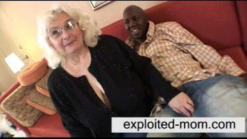 امرأة شقراء عجوز جدا مع ترهل الثديين وممارسة الجنس