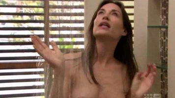 فاتنة ناضجة الاستحمام بينما زوجها يستمني بالنظر إليها