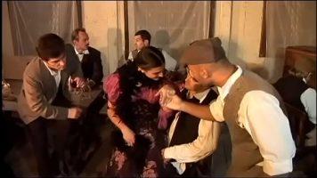 امرأة سمراء نشرت من قبل عدة رجال خلع ملابسها