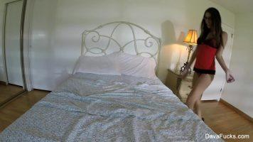 عاهرة سمراء ذات أرجل طويلة جداً تتعرى في غرفة النوم