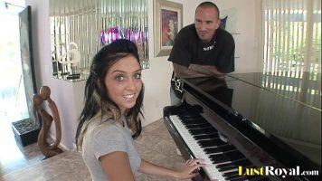 الكلبة رائع بعيون خضراء يعرف كيف يعزف على البيانو الذي له جسم حلم