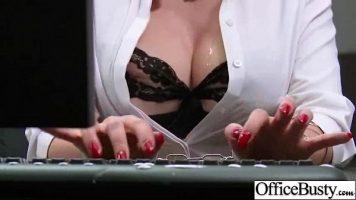 شقراء وقحة مع الصدور الكبيرة جدا الذي مارس الجنس من قبل رئيسها بعد جلسة