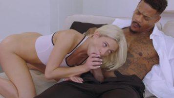 شابة شقراء ذات ثديين صغيرين استغلها رجل من اللون الذي ينزل عليها