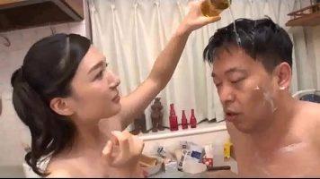 الكلبة الآسيوية ضعيفة للغاية الذي يغسل رأس رجل مع ديك صغير