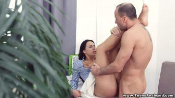 سكرتير ديك امرأة سمراء جيدة جدا ممارسة الجنس مع موظف