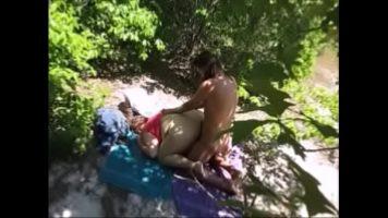 حفلة جنسية مكثفة في الغابة مع وقحة سمينة بمؤخرة كبيرة