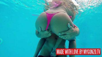 نساء رائعات بأثداء كبيرة مليئة بالوشم يمارسن الجنس في حمام السباحة