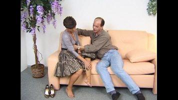 امرأة سمراء الكلبة مع كس ضيق جدا القديم يجري مارس الجنس من قبل رجل