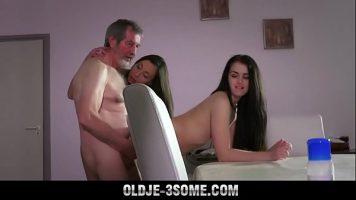 كلبات سمراء شابة جدًا تمارس الجنس مع رجل أكبر سنًا