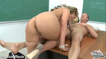 معلمة رومانية تخلع كل مناشفها وتضعك على الكرسي