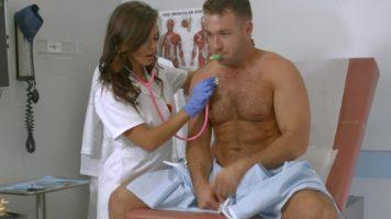الممرضة التي تأتي لفحوصات منتظمة لفحص المريض