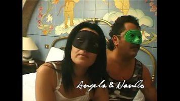 يرتدي زوجان من المكسيكيين أقنعة على أعينهم ويلصقون ألسنتهم في مؤخراتهم وديك