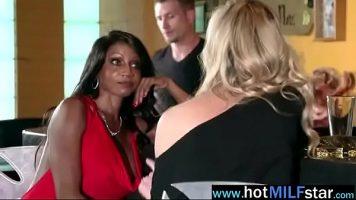 المرأة الناضجة السوداء أو الشقراء الساخنة جدًا التي تثير صديقها