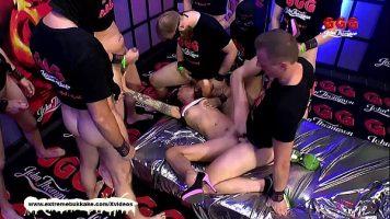 العربدة الجنسية مع العديد من الرجال الموهوبين الذين ينشرون امرأة شابة مع العديد من الأوشام