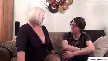 الأم الشقراء ذات الصدور الكبيرة التي تضطر إلى ممارسة الجنس معها إذا كنت ترغب في الحصول على حفلة