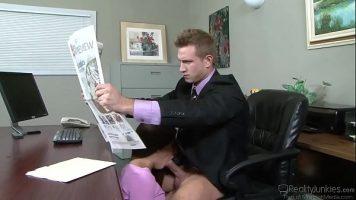 اقرأ الصحيفة في المكتب عندما تكون امرأة سمراء شابة نحيفة للغاية ذات أرجل جميلة