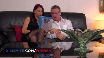 قرأ كلاهما من مجلة حتى تدخل يده بسهولة بين ساقيها
