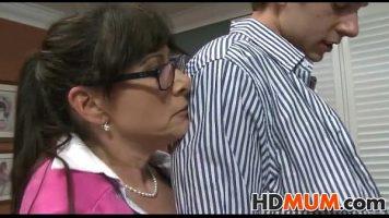 تمتص قضيب شاب يرتدي نظارات ويأتي إلى منزلها