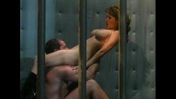 ممارسة الجنس في السجون مع فتاتين يجب أن تكونا حارسات
