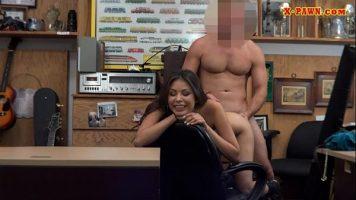 ممارسة الجنس في مكتب خاص مع امرأة برازيلية ذات ثديين صغيرين ولديها قرط في سرتها
