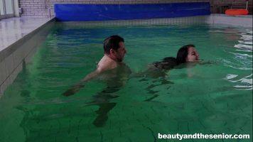 بعد العلاج الذي يتم إجراؤه في حمام سباحة علاجي ، يتم أخذها من رأسها وممارسة الجنس من الخلف