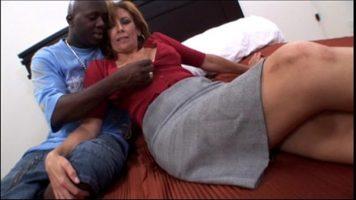 امرأة ناضجة جدا لديها الفرصة للشعور بالرضا مع رجل أسود
