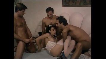 ثلاثة رجال يمارسون الجنس مع نفس المرأة المكرسة لهذه الحفلة الجنسية حتى