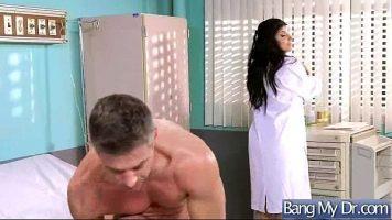 يصل إلى عيادة الطبيب حيث يقع الطبيب على الفور في حب قضيبه