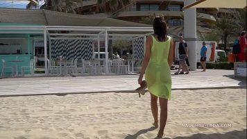 إنها بلا ملابس داخلية على الشاطئ وترتدي فستانًا شديد الشفافية