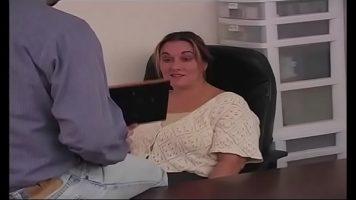امرأة ناضجة تجلس على المكتب ورئيسها يخلع ملابسها ويضربها على المكتب