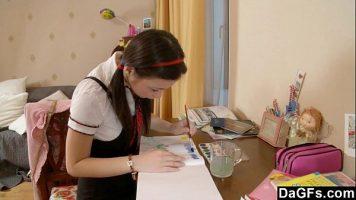الطالبة التي تكتب الدرس لكنها تشعر وكأنها تمارس العادة السرية وتخلع سراويلها الداخلية