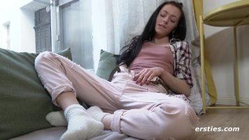 امرأة سمراء ذات ثديين صغيرين تخلع ملابسها تمامًا وتنتشر كسها وتبدأ في