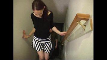 امرأة سمراء مع ثدي صغير يأتي إلى المنزل لرجل وخلع ملابسه ويمص قضيبه