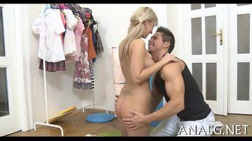 شقراء مفلس مع نجمتين فوق بوسها مارس الجنس في المؤخرة