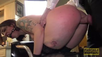 إنها تريد لعبة جنسية عدوانية ، هذه السمراء مقيدة اليدين عند الرجل