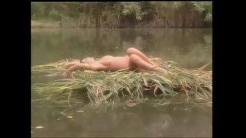 الأزواج الذين يحبون الجنس في الطبيعة موجودون على بحيرة ويحبون بعضهم البعض كالمجانين في كل شيء