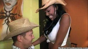 وشم امرأة سوداء وعيناها مثبتتان على كسس رجل مثير يعرف كيف يستخدمها
