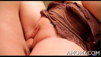 شقراء مع كبير الثدي الذي يمارس الجنس معها في الحمام مع شريكها حريصة على كسر بوسها