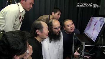 كبير الثدي الآسيوية مص قضيب الرجل بينما ينظر الرجال الآخرون إلى الكاميرا