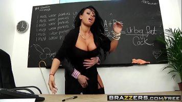 امرأة سمراء مع كبير الثدي وجيدة يمارس الجنس مع الذي يأخذ ألسنتها في بوسها الساخن ثم يحصل