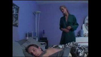 توقظ زوجها من النوم لأنه يريد أن يمارس معها جنسًا حارقًا