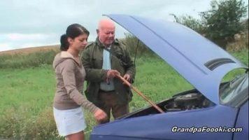 امرأة سمراء صغيرة مفلس لديها سيارة مكسورة وتناشد الرجل