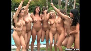 مثليات جميلة كل واحد واحد خلع ملابسه بجوار حمام السباحة والقيام به