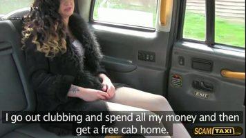 امرأة سمراء لم يعد لديها نقود سيارات الأجرة وتدفعها عينيًا للسائق