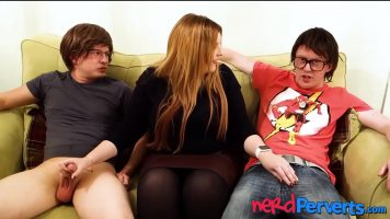 صبيان صغيران مستعدان لبدء لعبة جنسية مع أم سمينة