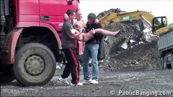 عاهرة شقراء في موقع بناء وتطلق النار في مجموعة مع رجلين نهمين
