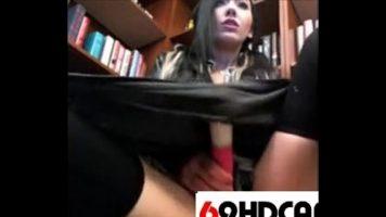 الشابة الموجودة في المكتبة وتصور نفسها أثناء ممارسة العادة السرية معها
